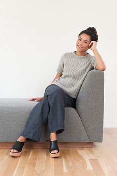 An elongated cable motif adorns the front and back of this tailored short-sleeved pullover. The elegant A-line shape allows this sweater to be worn alone or lay Crochet Patterns For Beginners, Knitting For Beginners, Knitting Patterns Free, Hand Knitting, Knitting Machine, How To Purl Knit, Knit Purl, Cardigan, Stockinette