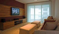 Para abrigar a televisão na parede, uma espécie de nicho foi aberto no painel de gesso acartonado Foto: Divulgação