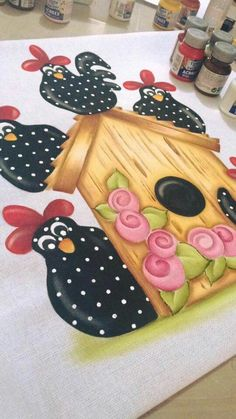 Galinhas Tole Painting, Fabric Painting, Painting On Wood, Chicken Painting, Chicken Art, Farm Animal Quilt, Chicken Quilt, Cartoon Chicken, Diy And Crafts