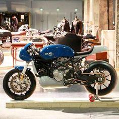 (garage à motos) — Ducati Source : Vintage Biker Sicily Ducati Cafe Racer, Cafe Racer Bikes, Cafe Racers, Ducati Sport Classic, Classic Bikes, Classic Motorcycle, Ducati Monster 400, Motorcycle Tank, Scrambler Motorcycle
