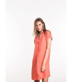 Straal in deze kleurrijke jurk. De minimalistische basis met uitgesneden vlakken creëren een vrouwelijk en speels geheel. Combineer de jurk stijlvol met sleehakken of sandalen.