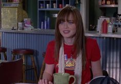 Rory Gilmore's Hair Evolution On 'Gilmore Girls' Was So Much More Than Just A Series Of Haircuts Rory Gilmore Hair, Estilo Rory Gilmore, Rory Gilmore Style, Lorelai Gilmore, Hairstyles With Bangs, Pretty Hairstyles, Girl Hairstyles, Cami Mendes, Girlmore Girls