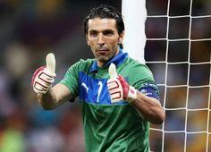 Gigi Buffon llega a 150 partidos con Italia. 914 partidos PRO 538 con Juventus 226 con Parma #Capitano