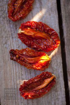 pomidory trzeba umyć, przekroić na pół i ułożyć na wyłożonych papierem do pieczenia blachach jak najciaśniej się da.Suszymy w piekarniku nastawionym na 100 st.C z włączonym termoobiegiem. Drzwiczki piekarnika zostawiamy lekko uchylone, by pomidorowe opary miały ujście. W czasie suszenia co jakiś czas trzeba  zajrzeć do piekarnika i wyjąć pomidory ususzone, żeby ich nie przypalić. Cały proces zajmuje ok. 6 godzin.Pomidorowy susz wkładam niewielkie porcje do torebek Dips, Healthy Recipes, Meat, Vegetables, Cooking, Food, Kitchen, Sauces, Essen