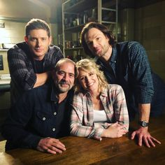 The Winchester family reunion John and Mary Winchester and their boys Sam and Dean Winchester Mary Winchester, Familia Winchester, Winchester Boys, Winchester Brothers, Supernatural Fans, Castiel, Supernatural Tattoo, Supernatural Wallpaper, Supernatural Christmas
