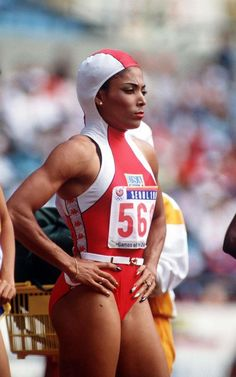 Florence Griffith-Joyner at the Seoul Olympics. Athletic Models, Athletic Women, American Athletes, Female Athletes, Tennis Funny, Tennis Humor, Arnold Bodybuilding, Jackie Joyner Kersee, Deporte