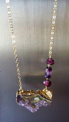 Cuarzo en estratos con cadena de oro goldfield en detalle lateral