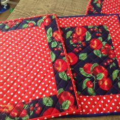 Jogo americano, feito em patchwork,estruturado com manta r2 , tecido prè lavado 100% algodão tricoline, estampas variadas,cliente pode escolher o motivo e a estampa do tecido. São práticos de usar,fáceis de lavar,bonitos e charmosos,deixam a mesa um luxo.Acabamentos impecàveis,sem costura aparente,por isso pode usar dos dois lados. - 7D1858