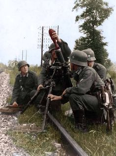 Mortar crew ready to fire. German Soldiers Ww2, German Army, Luftwaffe, Drow Male, World Conflicts, Germany Ww2, German Uniforms, Ww2 Photos, Military Pictures