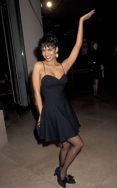 Women of the Halle Berry Style, Halle Berry Hot, 90s Fashion, Fashion Photo, Vintage Fashion, Silk Gown, Satin Gown, Valentino Gowns, Rock Hairstyles