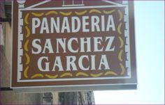 Erros da rúa Sanxurxo Badía: Neste cartel as tres palabras están mal escritas e é porque a cada unha fáltalle un til. Pandería, García e Sánchez.