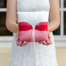 Außergewöhnliches, rotes Ringkissen mit Silberbrosche und Federn