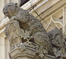 The mother beaver on the Canadian parliament's Peace Tower. The five flowers on the shield each represent an ethnicity: Tudor rose: English; and leek: Welsh. Capital Of Canada, Capital City, North American Beaver, United States Passport, Canadian Passport, Canadian Law, Visa Canada, Beaver Tails, People