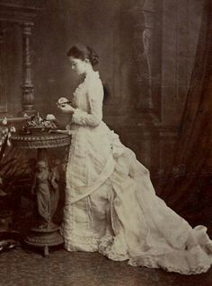 Old photo vintage lady Victorian Portraits, Victorian Photos, Victorian Women, Victorian Era Dresses, Vintage Portrait, Vintage Pictures, Old Pictures, Vintage Images, Old Photos