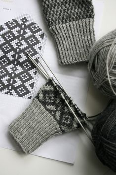 Ravelry is a community site, an organizational tool, and a yarn & pattern database for knitters and crocheters. Knitted Mittens Pattern, Knit Mittens, Knitted Gloves, Knitting Socks, Hand Knitting, Knitting Charts, Knitting Stitches, Knitting Patterns, Creation Couture