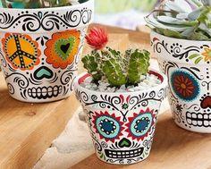 "DIY Halloween : DIY Daisy Eyes Sugar Skull DIY Halloween Décor (haha - I love they call this ""Halloween décor - for me, it's just décor) (Cool Crafts For Halloween) Diy Halloween, Halloween Decorations, Mexican Decorations, Halloween Tutorial, Halloween Season, Wedding Decorations, Painted Flower Pots, Painted Pots, Painted Pebbles"