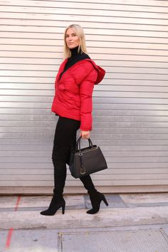 Puffer jackets aren't just reserved for kids anymore! They can be just as chic as a peacoat or trench coat. Click through for more on this puffer jacket outfit!
