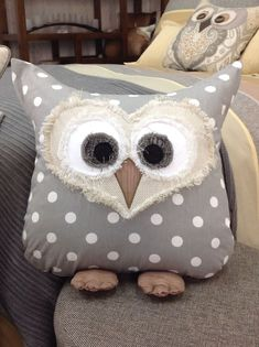 I probably already have way too much owl stuff in my house from years of collecting. but I know I could always use a new owl pillow :) Owl pillow Création de Janie St-Pierre pour Ambiance d'Aujourd'hui. Fabric Crafts, Sewing Crafts, Sewing Projects, Craft Projects, Owl Crafts, Diy And Crafts, Arts And Crafts, Owl Patterns, Sewing Patterns
