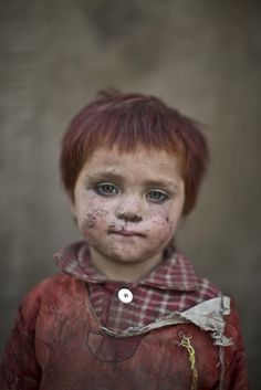 Beeld 1: Dit meisje, Gul Bibi Shamra, is 3 jaar oud en vluchtte uit Afghanistan omwille van de oorlog. Fotograaf Muhammed Muheisen maakte verschillende foto's van vluchtelingenkinderen die aan het spelen waren in een sloppenwijk aan de rand van Islamabad , Pakistan