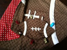 Football Baby Blanket Fleece Red and White Handgemachtes Baby, Baby Mine, Diy Baby, Football Baby Blankets, Baby Boy Blankets, Sewing For Kids, Baby Sewing, Handmade Baby Gifts, Baby Bedding Sets