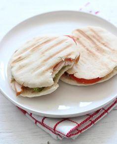 Vandaag weer een lekker, simpel en snel recept. Een pita sandwich met avocado, tomaat en kip. Lekker!