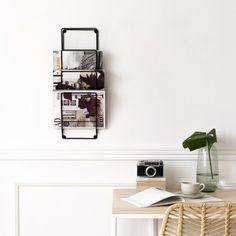 Truli, un original y práctico revistero de metal que podrás colocar en el salón, recibidor, étc. Para lucir los libros o revistar más importantes al mismo tiempo que las tienes muy ordenadas.