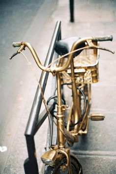 I had this golden bicycle, I would go riding more often.If I had this golden bicycle, I would go riding more often. Golden Bike, Golden Horse, Velo Vintage, Vintage Bicycles, Gold Everything, Or Noir, Gold Aesthetic, Stay Gold, Touch Of Gold