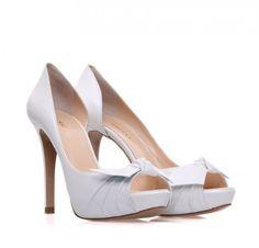 5ebb3d4556a8 Δείτε τα 6 πιο όμορφα λευκά νυφικα παπουτσια sagiakos στις παρακάτω  φωτογραφίες και επιλέξτε το δικό