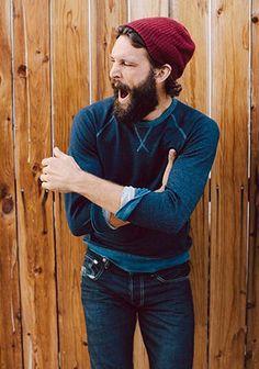 ブルーのクルーネックスウェット×赤ニット帽の着こなし(メンズ) | Italy Web