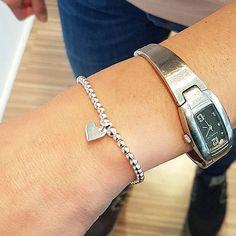 DIY-Impression : Armband bestehend aus 925er Silber Kugeln aus 3mm und einem Echtsilber-Herz  Online-Tipp: Findet ihr auch in unserem Onlineshop (DIY Basic Set in 3mm für 20 Euro plus Herzanhänger für 4 Euro)/ Fertigung könnt ihr ebenfalls dazubuchen.  Armband gefertigt beim Junggesellinnenabschied im Glitzerstein am 18.05.2019     #Glitzerstein #Glitzersteinmuenchen #perlenladen #diyschmuck #schmuckdiy #schmuckkurs #schmuckworkshop #schmuckselbermachen #schmuckbasteln #schmuckblogger… Diy Schmuck, Euro, Jewelry Making, Silver, Armband, Tips