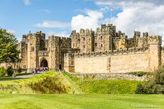 There are a lot of castles in England, but these 11 stunning fortresses are among the best. From Alnwick Castle to Windsor Castle, they're a stunning set. Places To Visit Uk, Places To Travel, Places To Go, Places In England, Castles In England, Northumberland England, Alnwick Castle, Holiday Travel, Holiday Trip