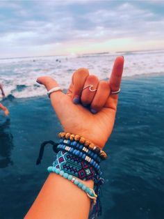 Then, there were the e-girls with their chains and tiny sunglasses. Now, we're seeing a rise in VSCO girls, aptly named for the popular . Summer Bracelets, Cute Bracelets, Beaded Bracelets, Summer Jewelry, Necklaces, Fotos Strand, Accesorios Casual, Bijoux Fil Aluminium, Vsco Pictures