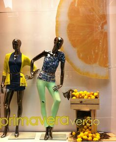Inspire-se para sua vitrine Primavera-verão Fashion Window Display, Store Window Displays, Boutique Interior, Gold Leaf Art, Store Windows, Pop Up Shops, Showcase Design, Life Design, Window Design