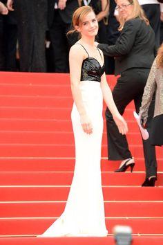 Emma Watson, la actriz de la película, llevaba un vestido de seda en color blanco con lentejuelas bordadas en negro en la parte superior, look 47, de la colección Primavera / Verano Alta Costura 2013.