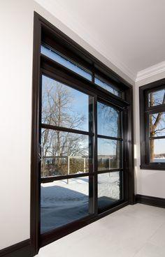 Porte patio noire Élément de chez Resiver.    Black Element patio door from Resiver.