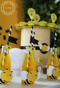 Decoração no tema abelhinha é sempre um encanto! Principalmente para comemorar o primeiro aninho, só não vale carregar no preto, confira essa inspiração! Bumble Bee Birthday, Party Themes, Theme Parties, Bee Party, Bee Crafts, Bee Theme, Ideas Para Fiestas, Baby Shower Gender Reveal, Reveal Parties