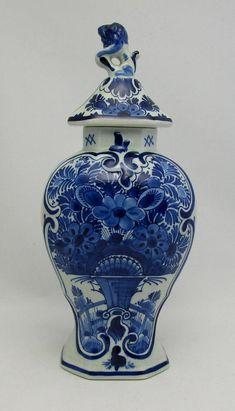 1915 antique - Royal Delft - Porceleyne Fles - original Delft Blue baluster vase with lid - Blue & White Porcelain Vase Jar. Types Of Blue, Dark Blue Color, Blue Plates, Delft, China Porcelain, Earthenware, Flower Decorations, White Ceramics, Vases