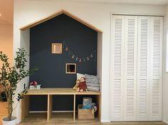 キッズスペース  ここはLDKにあるキッズスペース☺︎ 三角の垂れ壁でお家っぽく 子供が小さいうちはリビングにおもちゃが散乱しちゃうので、一角を丸ごとおもちゃスペースにしました これでかわいく収納できるといいな!! #マイホーム#マイホームメモ#マイホーム計画#マイホーム記録#マイホーム建設中#家#家づくり#工務店#東三河#タツミハウジング#CHUの家#キッチン#暮らし#インテリア#リビング階段#お家#造作カウンター#happy#モデルハウス#R窓#ヘリンボーン#ウッドデッキ#外観#外構#カルクウォール#キッズスペース#LDK#リビング#おもちゃスペース#アクセントクロス