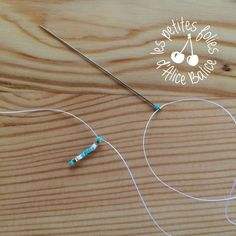 Pour commencer la découverte du brick stitch, je vous propose de réaliser cette paire de boucles... Diy Seed Bead Earrings, Beaded Earrings, Earrings Handmade, Beaded Jewelry, Diy Beaded Bracelets, Embroidery Bracelets, Diy Jewelry Projects, Valentines Jewelry, Bead Weaving