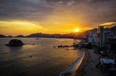 Atardecer en la Bahía de Acapulco. Sunset in Acapulco Bay.