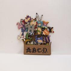 La caja contiene las 26 letras del abecedario, bilingüe. Diseño ideal para que los menores de 5 años aprendan a conocer las letras, de una forma diferente y divertida.