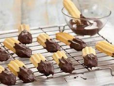 Křehké, klasické vánoční cukroví. Czech Desserts, Chocolate Dipped, Christmas Candy, Sweet Recipes, Tea Time, Cereal, Cooking Recipes, Pudding, Cupcakes