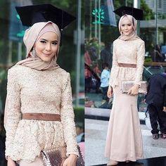 Banyak sekali inspirasi model kebaya wisuda yang modelnya sangat kekinian, dimana sedang menjadi favorit hijabers muda, seperti yang ada di artikel ini! Simak yuk!