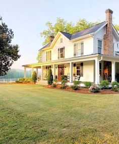 Farmhouse Style Inspiration – Colonial Farmhouse with Southern Flair – Farmhouse Plans Style At Home, Future House, Stommel Haus, Charming House, Dream House Exterior, House Ideas Exterior, Farm House Exteriors, Home Exterior Design, Interior Design
