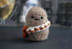 Artist hiding behind the name of The Geeky Hooker, creates adorables small crochet figures of pop culture characters, from movies, comics or video games. Crochet Diy, Love Crochet, Crochet For Kids, Crochet Hooks, Potpourri, Minion, Knitting Patterns, Crochet Patterns, Pop Characters