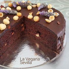 Este esponjoso y suculento pastel de chocolate y avellanas sin gluten ni lactosa decorado con flores de lavanda es irresistible para cualquier paladar.