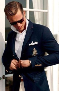 The difference between men's sports jackets and blazers is not so significant; more precisely, blazer is a kind of sport coat – a solid, mostly navy blue sport coat, usually with metal buttons and patch pockets. Sports jacket is more… Gentleman Mode, Gentleman Style, Casual Blazer, Men Casual, Casual Styles, Smart Casual, Ralph Lauren Hombre, Blue Suit Men, Blue Suits
