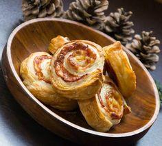 sonkás-sajtos csiga leveles tésztából Pudding, Cheese, Breakfast, Desserts, Food, Drink, Morning Coffee, Tailgate Desserts, Deserts