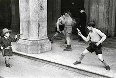 Анри Картье-Брессона Дети, играющие в ковбоев, Рим — Италия, 1951. Henri Cartier-Bresson