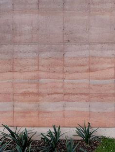 Rammed earth walls with striated patterns frame Tatiana Bilbao's Ajijic House Sustainable Architecture, Sustainable Design, Contemporary Architecture, Residential Architecture, Rammed Earth Homes, Rammed Earth Wall, Natural Building, Green Building, Earth Texture